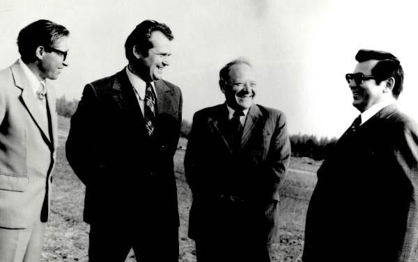 На геологическом объекте. В.В. Семенович (второй справа), министр геологии СССР Е.А. Козловский (справа)